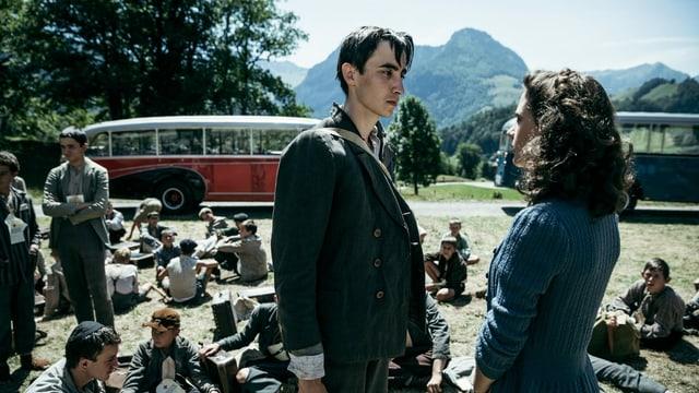 Auf die Probe gestellt wird die Liebe zwischen dem Ehepaar, weil Klara Gefühle für Herschel (Jan Hrynkiewicz) entwickelt. Ihn lernt sie als Betreuerin in einem Heim für jüdische Flüchtlinge kennen.