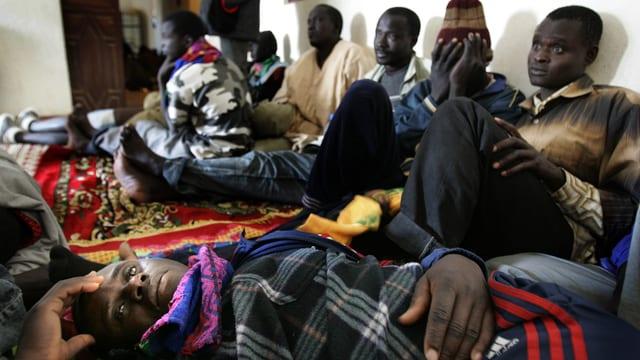 Flüchtlinge aus Mali, Gambia und Senegal in einer Polizeistation in Mauretanien.