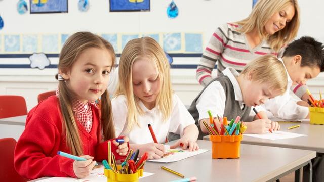 Kinder in der Schule mit einer Lehrerin.