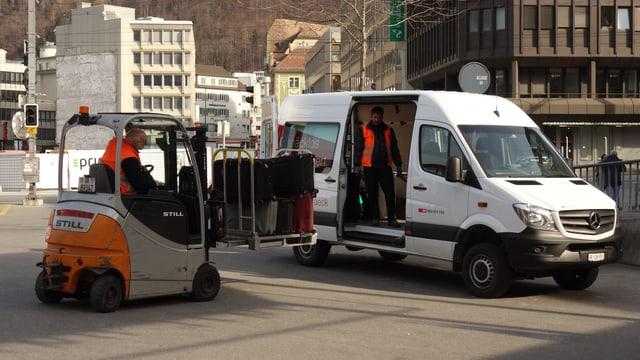 Il bus da furniziun vegn chargià a Cuira.