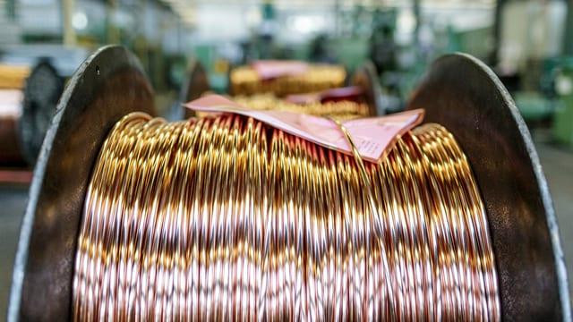 Nahaufnahme einer Kupferkabel-Rolle in einer Fabrik.