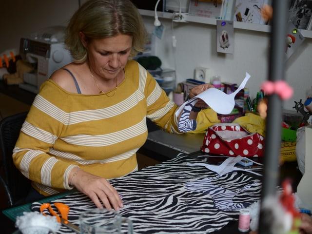 Anne d'Aujourd'hui bereitet ihren Arbeitsplatz vor.