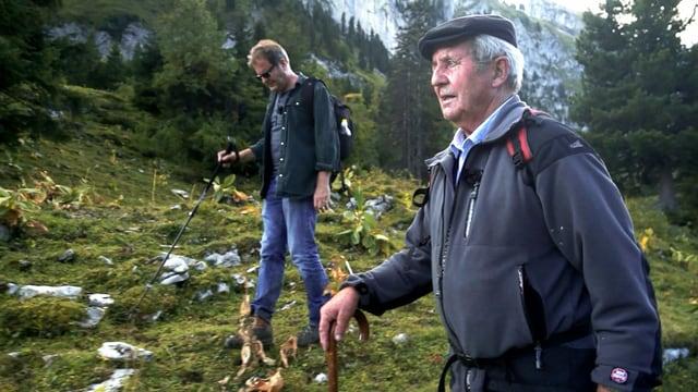 zwei Männer laufen durch eine Berglandschaft