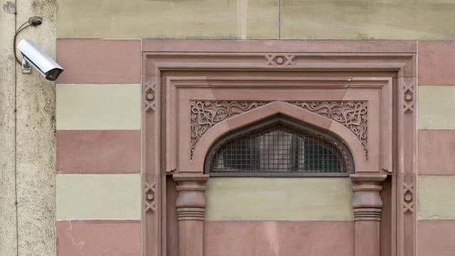L'entrada d'ina sinagoga survegliada d'ina camera.
