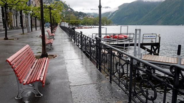 Uferpromenande in Lugano an einem Regentag.