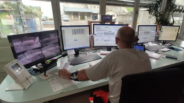 Ein Mann vor Computern