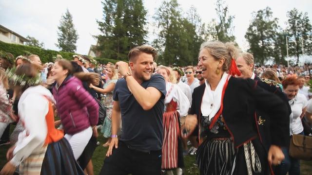 Knackeboul mischt sich unter die vielen tanzenden Schweden, die ausgelassen ihr traditionelles Mittsommerfest feiern.