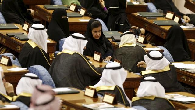Angehörige der saudischen Schura während Salmans Rede an die Nation in Riad.