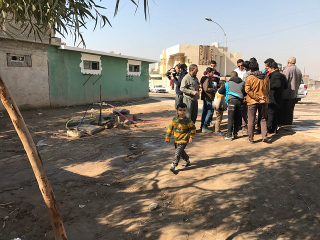 Ein behilfsmässiges Wasserloch in Mossul.