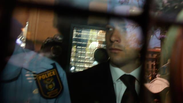 Oscar Pistorius mit einem Polizeibeamten