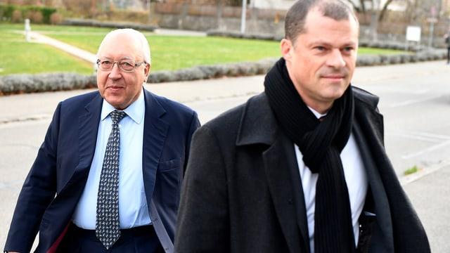 Ein Anwalt und sein Klient Urs E. Schwarzenbach betreten ein Gerichtsgebäude