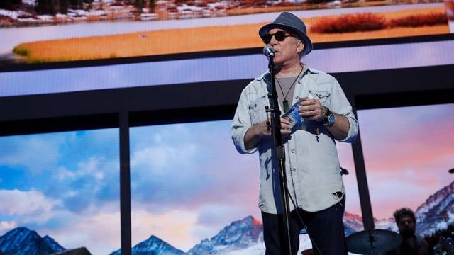 Paul Simon singt an der National Convention der Demokraten in Philadelphia.