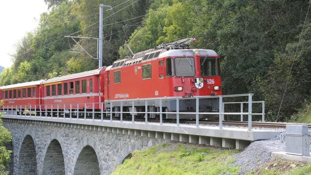 Tren Viafier retica va sur la punt da la Val Mulinaun.