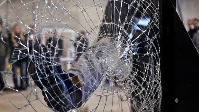 Zertrümmerte Fensterscheibe.