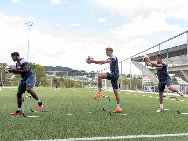 Die Spieler der Super-League-Klubs. Im Bild: Das Training von Aufsteiger Lausanne-Sport.