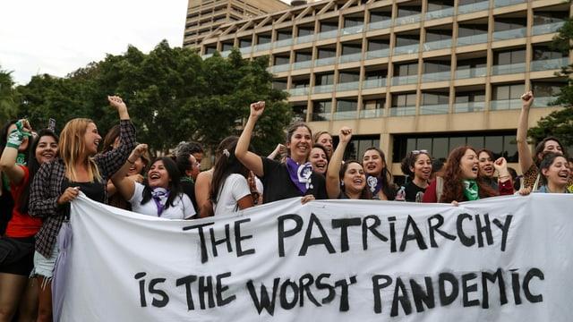 «Das Patriarchat ist die schlimmste Pandemie» auf einem Tuch in Sydney.