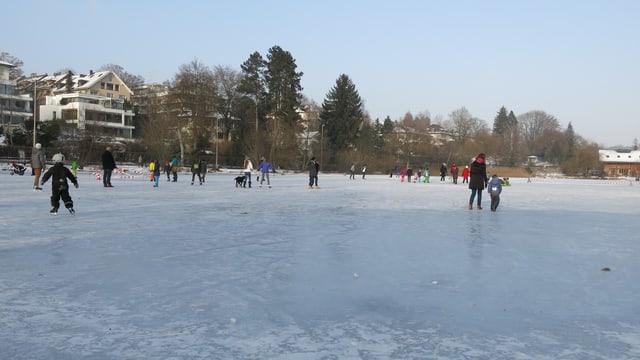 Eisbedeckter See, darauf Leute