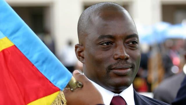 Kopfausnahme von Kabila mit einem Träger der kongolesischen Fahne.