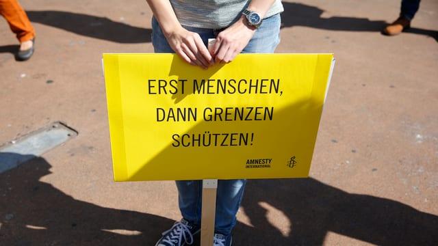 Ein Plakat «Erst Menschen, dann Grenzen schützen!»