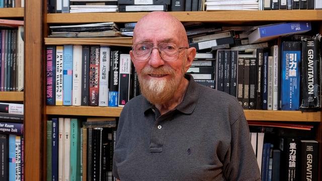 Porträt von Kip S. Thorne vor einem Bücherregal.