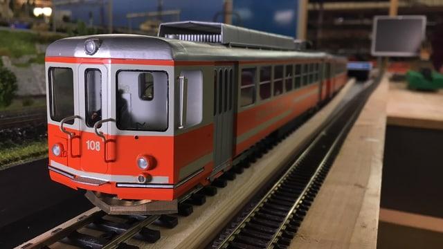 Modelleisenbahn, orange-weiss angestrichen im Masstab 1 zu 43.