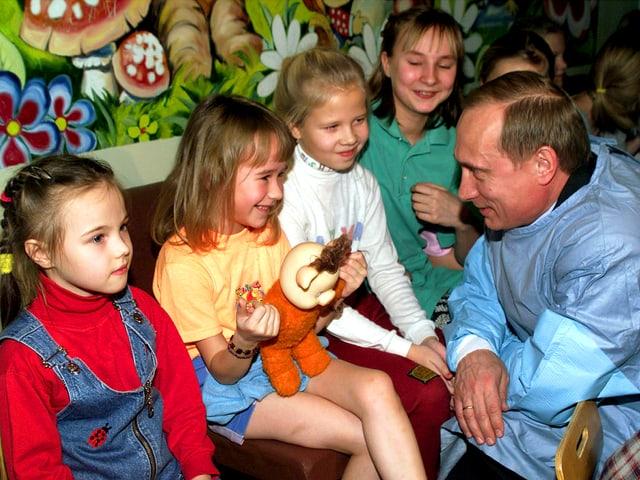 Putin kniet vor vier Mädchen, die ihn anlachen. (12.1.00)
