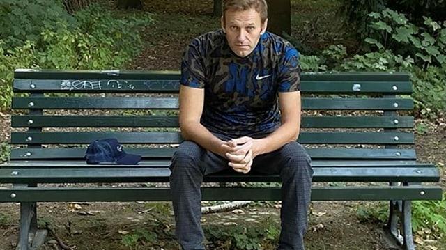 Zu sehen Nawalny auf der Bank.