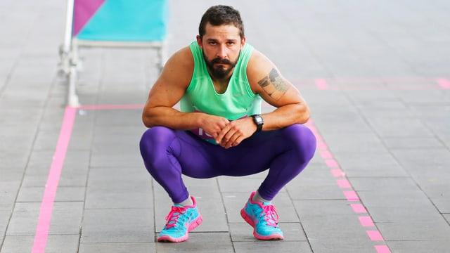 Shia LaBeouf in einem farbigen Trainingsanzug.