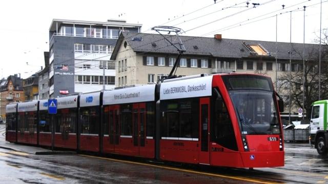 Das rote Berner Combino Tram.