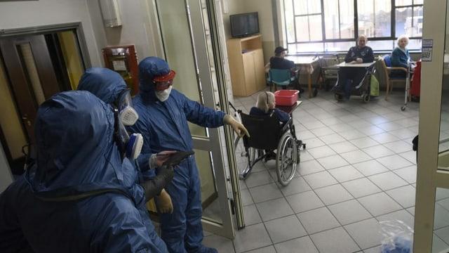 Russische Soldaten desinfizieren Altersheim in Covo (Bergamo).