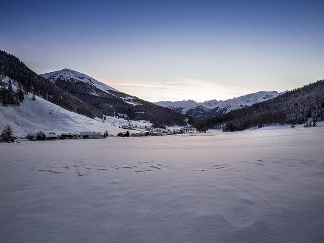 Ein Bergdorf im Winter.