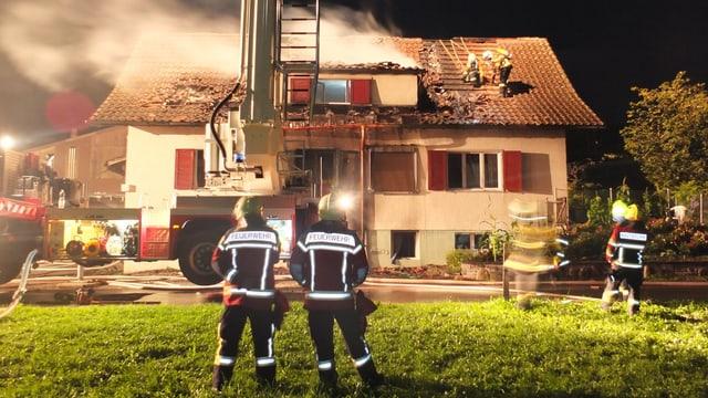 Raucht tritt aus dem Dach des Haus