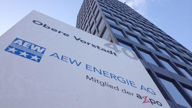 Schild AEW vor Gebäude.