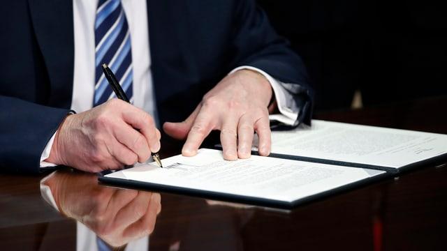 US-Präsident Donald Trump unterzeichnet einen Erlass.