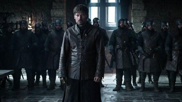 Filmszene: Ein Mann in Ritterkleidung steht vor einer Reihe anderer Ritter