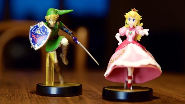 Die Amiibo-Figuren Link und Peach.