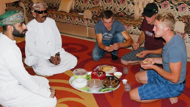 Ils frars Cotti tar l'emprim gentar cun ils mauns en l'Oman