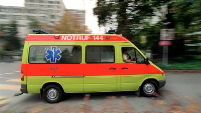 Ein gelb-orangenes Ambulanzfahrzeug auf einer Strasse