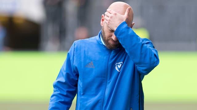 Enttäuschter Fussball-Trainer.