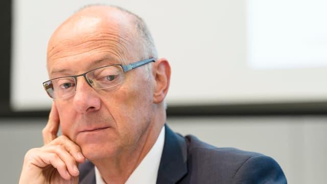 Ein nachdenklicher Hans Ziegler während einer Pressekonferenz.