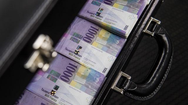 Ein Koffer mit 1000er-Noten