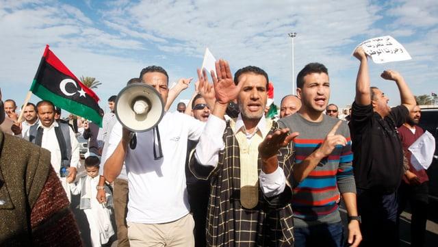 Eine Gruppe von Demonstraten, darunter ein Mann mit Megafon, letzten Freitag in Tripolis.