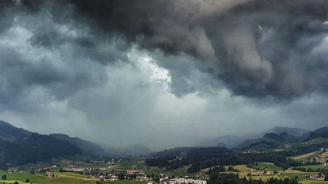 Gewitterstimmung über einem Dorf.