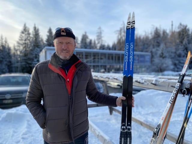 Ernst Orlik cun skis da passlung.