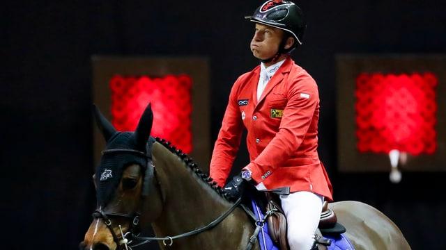 Pius Schwizer sitzt auf seinem Pferd.