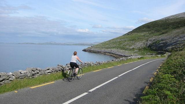 Ina velocipedista da viadi en l'Irlanda.