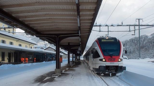 Purtret d'in tren a la staziun d'Airolo.