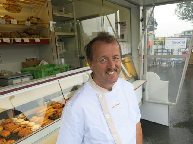 Joseph Brunner verkauft seine Brote aktuell in einem Marktwagen vor der Bäckerei.