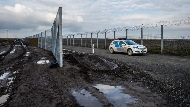 Der Zaun an der Grenze zwischen Ungarn und Serbien.