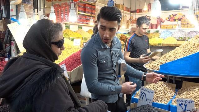 Eine Frau und ein Mann feilschen im Grossen Basar von Teheran.